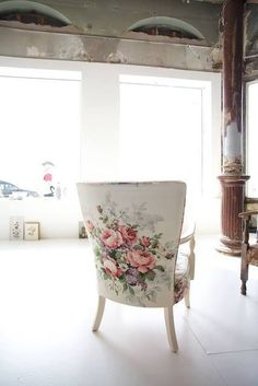 giant flowers decor I óriásvirágos dekor Shabby Chic Furniture, Shabby Chic Decor, Painted Furniture, Home Furniture, Floral Chair, Floral Fabric, Upholstered Chairs, Wingback Chairs, Chair Upholstery
