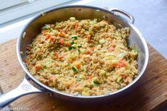 Stekt ris er en kjent asiatisk rett og er utrolig raskt å lage. Dette er en sunn rett som nesten bare består av ris, egg og grønnsaker. Derfor er denne retten utrolig billig også. Har ikke finregne…