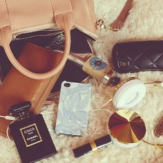 Image about girl in Beauty by Elena Almazán Salazar What In My Bag, What's In Your Bag, Divas, Inside My Bag, Purse Essentials, Purse Necessities, What's In My Purse, Best Handbags, Luxury Bags