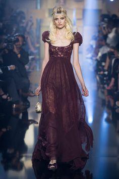 Elie Saab comemora seus 25 anos de casamento em desfile de alta-costura - Vogue | Desfiles