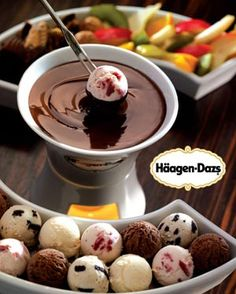 Ice cream Fondue- scoops of ice cream (use melon baller) dipped in hot fudge. My husband has been wanting to try out our fondue pot, but he hates cheese. This would be a great idea! Frozen Desserts, Frozen Treats, Just Desserts, Snacks Für Party, Party Desserts, Dessert Recipes, Desserts Diy, Dessert Party, Dessert Healthy