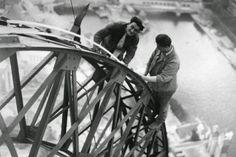 Électriciens travaillant sur la Tour Eiffel en 1937
