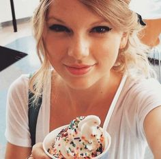 Taylor with ice cream topped with rainbow sprinkles. All About Taylor Swift, Taylor Swift Facts, Taylor Swift Pictures, Taylor Alison Swift, You Are So Gorgeous, Beautiful, Swift 3, Queens, Food