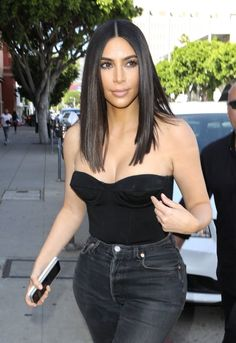 Kim Kardashian spring street style with Levi`s skinny cropped high waisted jeans and black bustier top (April Estilo Kardashian, Look Kim Kardashian, Kim Kardashian Haircut, Kardashian Jenner, Kim Hair, Kim K Short Hair, Mid Short Hair Cuts, Hair Colorful, Kim K Style