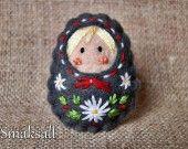 broche en feutrine poupée Russe broderie style folklorique