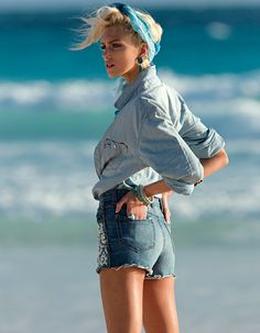 Anja Rubik photographiée par Hans Feurer pour la série mode Bleu intégral du numéro d'avril 2012 de Vogue Paris