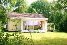 """Andray en Femke Dekker-Jorritsma, de eigenaren van groepsaccommodatie Villa Terre Panache in Zandvoort, hebben er een """"kindje"""" bij. Ze verhuren sinds kort ook een 4-persoons bungalow op een vakantiepark in Friesland. #origineelovernachten #officieelorigineel #reizen #origineel #overnachten #slapen #vakantie #opreis #travel #uniek #bijzonder #slapen #hotel #bedandbreakfast #hostel #camping"""