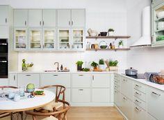 Full article on dream kitchen! Boho Kitchen, Stylish Kitchen, Home Decor Kitchen, Kitchen And Bath, Home Kitchens, Kitchen Dining, Mint Kitchen, Home Interior, Kitchen Interior