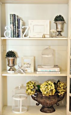 30 Bookshelf Styling Tips, Ideas, and Inspiration - decoratoo Styling Bookshelves, Cool Bookshelves, Bookcases, Bookshelf Decorating, Decorating Ideas, Interior Decorating, Bric À Brac, Display Shelves, Book Shelves
