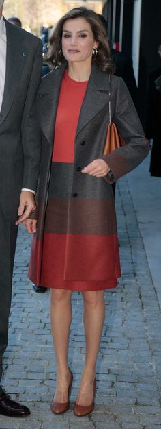 Queen Letizia - Hugo Boss top, skirt, coat and bag. Style Royal, Royal Look, Fall Winter Outfits, Winter Fashion, Hugo Boss, Executive Woman, Estilo Real, Laetitia, Mein Style
