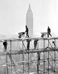 Ongoing construction of the Headquarters buildings of the United Nations. In the background, the Empire State Building. New York. December New York City Vintage Pictures, Old Pictures, Old Photos, Empire State Building, Fotojournalismus, Empire Silhouette, Photocollage, Vintage New York, Vintage Photographs