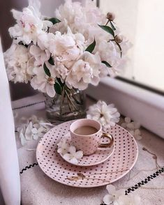 Coffee, pink crockery and flowers Good Morning Coffee, Coffee Break, Morning Msg, Coffee And Books, I Love Coffee, Coffee Cafe, Coffee Drinks, Coffee Flower, Pause Café