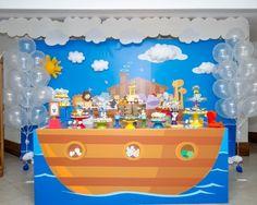 Na festa com tema arca de Noé, a Caixa de Poluka (www.facebook.com/pages/Caixa-de-Poluka/128795713965023) usou um painel feito de lona e aplicado em madeira para decorar a parede atrás da mesa do bolo. Para dar um efeito 3D, foram feitas nuvens e sol em feltro, que foram colados no painel