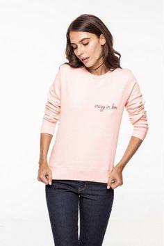 """Pin for Later: Ein personalisiertes und cooles Weihnachtsgeschenk für Fashionistas Maison Labiche rosa Sweatshirt mit Bestickung """"crazy in love"""" (95 €)"""