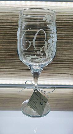 Ručne gravírovaná čaša s rastlinným motívom a nápisom 60. Vhodný ako darček k životnému jubileu.... Glass Engraving, Flute, Wine Glass, Champagne, Tableware, Handmade, Dinnerware, Hand Made, Tablewares