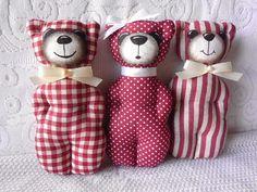 MÉĎOVÉ VÍNOVÍ Dekorační medvídci s vůní levandule jsou ušití z bavlněných látek v kombinaci vínové a režné. Obličeje mají malované gelovým fixem a barvami na textil. Zdobení jsou saténovými stužkami s perličkami a jsou opatřeni závěsem z pevné tenké lněné niti. Naplnění jsou PES kuličkovým rounem a sušenou levandulí. Zajímavá dekorace, milý dárek nebo ...