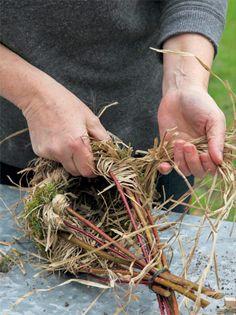 A nesting hole for the wren - Floral Garden Ideas Garden Crafts, Garden Projects, Garden Art, Garden Design, Garden Ideas, Homemade Bird Houses, Bird Houses Diy, Willow Weaving, Deco Nature