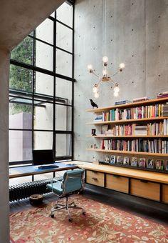 Идеи дизайна домашнего кабинета: работаем дома с удовольствием http://happymodern.ru/dizajn-domashnego-kabineta-35-foto-oformlyaem-rabochee-mesto/ Выделенная зона рабочего места в квартире в стиле лофт. Трубчатый радиатор отопления здесь подходит для установки под столом возле панорамного окна