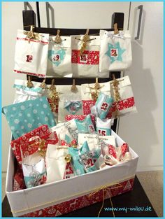 Unser #Adventskalender. Mit #Weihnachtspapier dekorierte #Butterbrottüten und #Toilettenpapierrollen. Was zu groß war, wurde nur in #Geschenkpapier eingepackt. Da nicht alles in die Kiste passte, habe ich zwei Reihen goldene Kordel an einen Stuhl gebunden und die Tütchen mit hübschen Klammern daran befestigt.