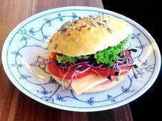 Egy óra alatt asztalon a puha, magos zsemle! Lany, Hamburger, Bread, Chicken, Ethnic Recipes, Food, Brot, Essen, Baking