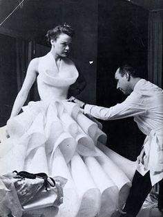 Présidente de la Chambre Syndicale de la Couture de 1917 à 1919, Jeanne Paquin se retire en 1920, laissant l'Administration de la Maison à Henri Joire, et la Direction Artistique à Madeleine Wallis. Ana de Pombo la remplacera en 1936, année de la mort de Jeanne Paquin, puis cède la place en 1942 à ANTONIO CANOVAS DEL CASTILLO (photo)