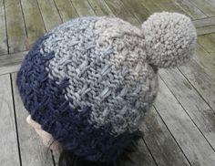Die Bommelmütze ist aus Alpaka-Wollgemisch superweich in einem tollen Muster gestrickt. Absolut alltagstauglich und passend zu fast jedem Outfit in den Farben dunkelblau,hellgrau und beige