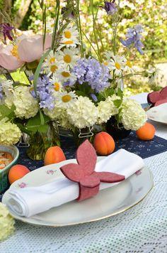 Serviettenring aus Filz in Schmetterlingform. Table Decorations, Furniture, Home Decor, Felting, Decoration Home, Room Decor, Home Furnishings, Home Interior Design, Dinner Table Decorations