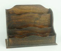 Een iepenhouten brievenbak, 19e eeuw, h. 24 x b. 32.5 x d. 15 cm.
