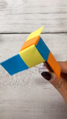 A simple tutorial to show you how to DIY paper spinner. Informations About DIY Paper Spinn Paper Crafts Origami, Paper Crafts For Kids, Diy Paper, Paper Crafting, Diy For Kids, Fun Crafts, Diy And Crafts, Simple Origami For Kids, Origami Fashion