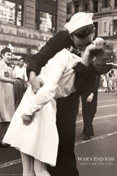 This picture of a sailor kissing a nurse in Times Square is not the famous photograph taken by Alfred Eisenstaedt but one taken simultaneously by Navy photographer Victor Jorgensen when the day the world war II end. Kiss Photo, Photo D Art, Photo Wall, Famous Photos, Iconic Photos, 2 Photos, Times Square, Leonardo Dicaprio En Titanic, Photo Choc