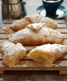 Bake croissants with marzipan filling quickly and easily without yeast and walking times. From Mr. The post Quick and easy croissants with marzipan filling Keto Donuts, Baked Donuts, Vegan Appetizers, Appetizer Recipes, Homemade Donuts, Puff Pastry Recipes, Most Delicious Recipe, Donut Recipes, Muffins