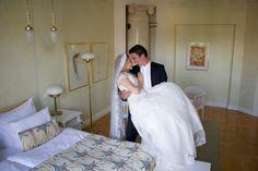 Hei me mentiin naimisiin! Tuore hääpari Solo Sokos Hotel Tornin jugend-sviitissä.