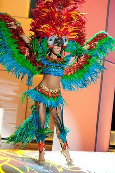 Miss Bolivia in the Miss Universe pageant.i hate birds but i love this Miss Universe Costumes, Miss Universe National Costume, Parrot Costume, Bird Costume, Mardi Gras Costumes, Halloween Costumes, Halloween Party, Miss Angola, Costume Carnaval
