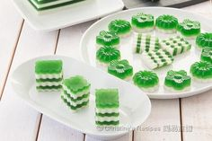 This pandan- coconut layered jelly is very smooth, not too sweet, with a subtle mix of pandan and coconut fragrance. It's absolutely refreshing in such a hot weather. Jelly Desserts, Jelly Recipes, Asian Desserts, No Bake Desserts, Sweet Recipes, Chinese Desserts, Chinese Cake, Chinese Egg, Appetizer Recipes