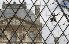 Workers clean the Louvre (Photo: Jacques Brinon / AP)