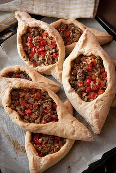 Turkish Pide with Meat. We love such dishes like Italian pizza Georgian kchachapuri or this Turkish pide. (in Polish & English) Turkish Kitchen, Good Food, Yummy Food, Empanada, Middle Eastern Recipes, Arabic Food, Turkish Recipes, Mediterranean Recipes, International Recipes