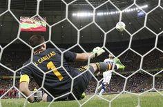 El italiano Antonio Candreva, derecha, chips de una bola más de España Iker Casillas durante la tanda de penaltis del fútbol de la Copa Confederaciones semifinal entre España e Italia en el estadio Castelao en Para