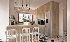 Aranżacja widnej kuchni bazuje w głównej mierze na drewnianej zabudowie, która wdzięcznie podkreśla skandynawski styl....