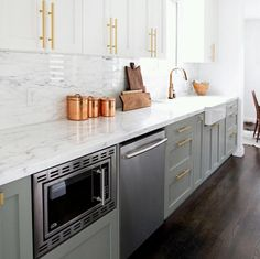 Choosing two tone kitchen cabinets makes it possible to endanger on the kitchen style! Two tone kitchen cabinets-- jazzing up residences. Kitchen And Bath, New Kitchen, Kitchen Interior, Kitchen Dining, Kitchen Decor, Brass Kitchen, Kitchen Fixtures, Mint Kitchen, Kitchen Backsplash