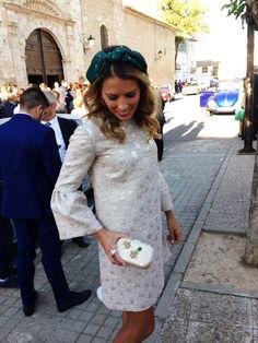 Missperla.es - Invitadas Miss Perla. Clutch y diadema a juego. Wedding Guest Style, Caftans, Bbc, Hair, Vintage, Fashion, Shoulder Pads, Sequins, Fascinators