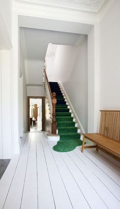 Modern Home Designs: Green Carpet White Stairs Wooden Benches White Wooden Floor, Kitchen Island, Modern House Style At Home, Interior Architecture, Interior And Exterior, Installation Architecture, Interior Stairs, Bathroom Interior, Balustrades, Interior Decorating, Interior Design