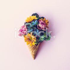 Frische Blumen in ice cream cone Stillleben – lizenzfreie Stock-Fotografie