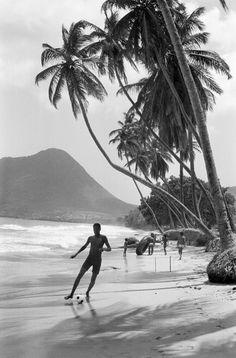 Martine Franck (1938–2012) … Plage du Diamant … Département et région d'outre-mer … La Martinique, France … 1973 …
