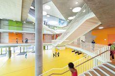 Construído na 2013 na Ergolding, Alemanha. Imagens do David Matthiessen. O coração da nova Escola Secundária Ergolding é um grande átrio aberto que serve como uma sala de reuniões, um ponto de encontro em um...
