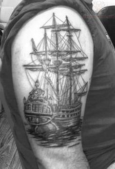 joli tatouage ne couleur d 39 un bateau sur la cuisse d 39 un homme. Black Bedroom Furniture Sets. Home Design Ideas
