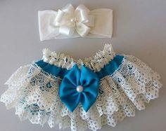 Calcinha em gripi + tiara, calcinha feita de seda lisa e gripi, tiara em faixinha de meia e rosa em fita. Tamanhos P, M e G.