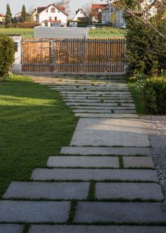 Alte Granitplatten im ländlichen Garten