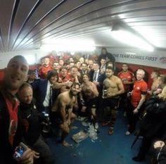 Henry e os jogadores de Rugby do time de Jersey sua cidade natal.