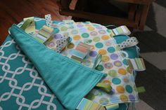 Super easy tag blanket for baby. Tutorial link included. [paper + stitch: Nursery DIY #3: Tag Blanket]