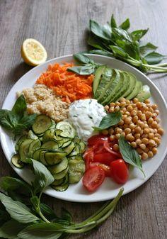 Assiette végétarienne : pois chiche, boulgour, concombre, carotte, tomate cerise, avocat et sauce.